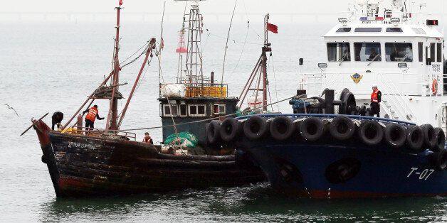 15일 오전 인천시 중구 인천해양경비안전서 전용부두에 불법조업 중국어선(왼쪽)이 들어오고