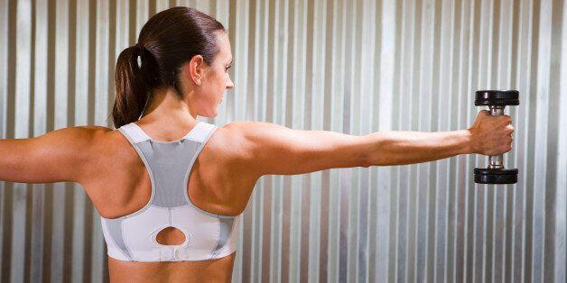 덤벨이 없으면 생수병으로 할 수 있는 팔 근육 운동
