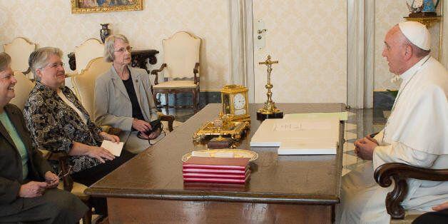 프란치스코 교황이 2015년 4월 바티칸에서 '여성 종교 리더십 컨퍼런스'의 사절단을 접견하고