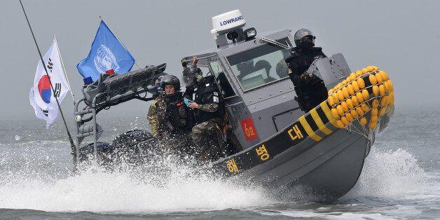 10일 한강하구 중립수역에서 불법조업을 하고 있는 중국어선을 우리 군과 해경, 유엔군사령부가 합동 퇴거작전 하고