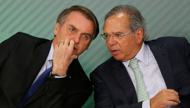 Le président brésilien Jair Bolsonaro (gauche) et son ministre de l'Économie Paulo...