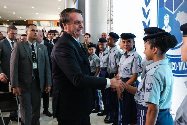 Presidente Jair Bolsonaro cumprimenta alunos e escola