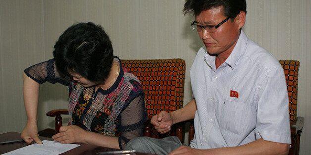 북한 식당 여성 종업원의 북한 가족들이 민변 변호사들에게 사건을 위임하는 변호인 위임서를 작성하고 있는