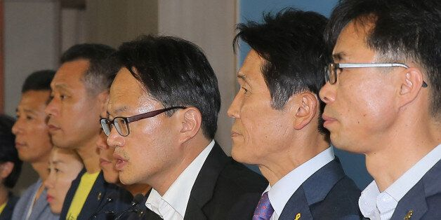 더불어민주당 박주민·정의당 윤소하 의원이 7일 오후 국회 정론관에서 세월호 유가족들과 함께 세월호특별법 개정안 발의 기자회견을 하고