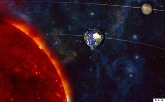 22일 태양, 지구, 화성이 거의 일렬로