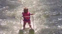 생후 6개월 된 아기가 수상 스키로 기네스북에
