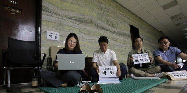 20대 국회 '1호 법안'을 위해 밤새 줄을 서는 사람들이