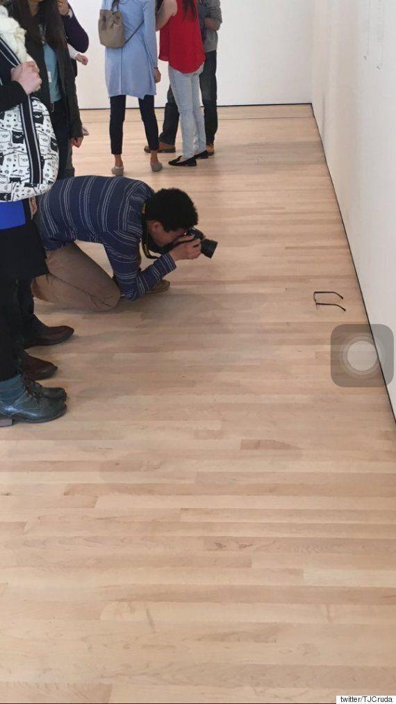 샌프란시스코 현대미술관 바닥에 안경을