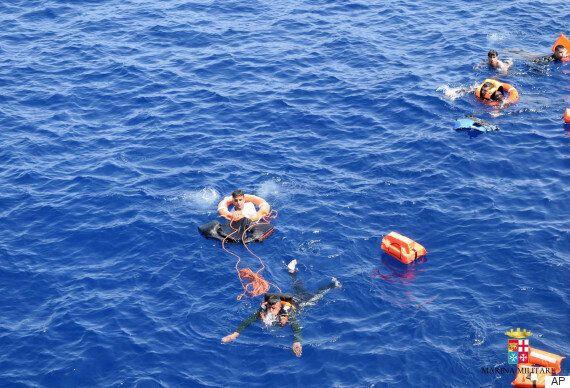 유럽 난민선이 순식간에 전복되는 모습이 카메라에