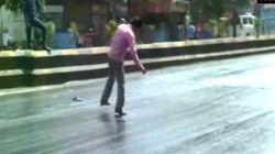 인도의 폭염이 도로의 아스팔트를