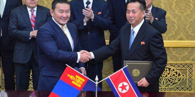북한과 몽골의 대표들이 2013년 10월 평양에서 협력조약을 체결하는