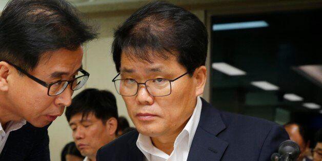 정수영 서울메트로 사장 직무대행이 3일 구의역 스크린도어 사고 관련 보고를 위한 서울시의회 교통위원회에 출석하여 관계자와 이야기를 하고