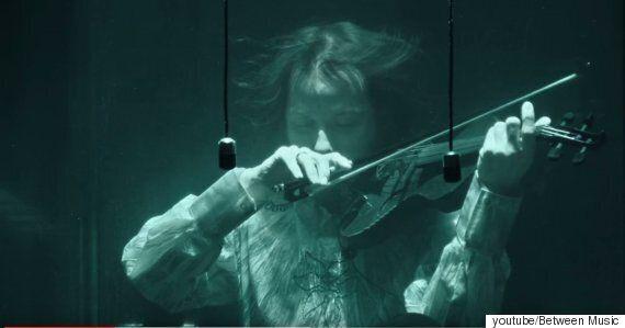 물속에서 악기를 연주하는 밴드의 음악을