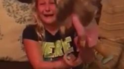 의족이 달린 인형을 선물 받은 소녀가 눈물을 쏟은