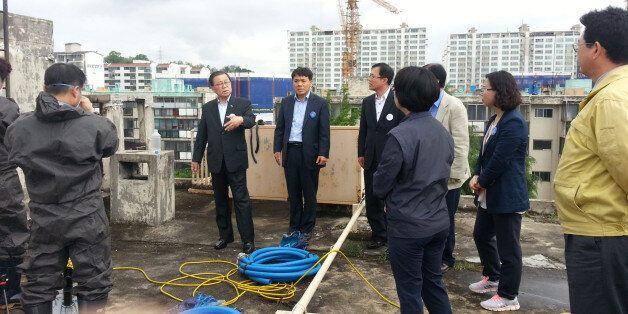 남유진 경북 구미시장(왼쪽 두 번째)이 11일 '물탱크 시신'이 발견된 아파트를 찾아가 대책회의를 열고