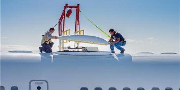 하니웰의 실험용 B757 항공기에 '제트웨이브' 하드웨어를 설치하는 엔지니어들 (사진제공: 하니웰