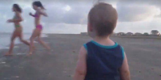 해변에서 비키니 입은 누나들을 만난 아이의