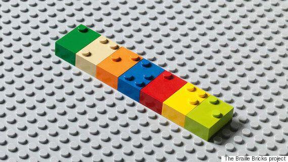 시각장애아동에게 점자를 가르쳐주는 레고