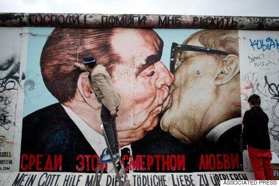 트럼프와 푸틴의 '형제의 키스' 패러디 그림이