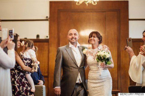 암 말기인 신랑을 위해 결혼식에서 삭발을 한