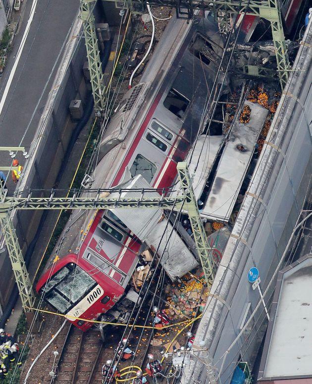 トラックと衝突して脱線した京急線=5日午後1時41分、横浜市神奈川区[時事通信ヘリより]