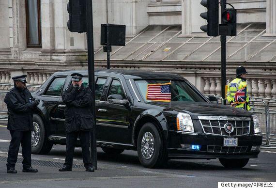 런던의 좁은 골목길에서 고생하는 오바마 리무진 '비스트'의 모습