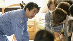 아베 신조 일본 총리가 이재민 앞에 무릎을