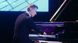 두 손이 없는 소년 피아니스트와 오케스트라의