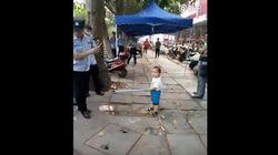 쇠막대를 들고 경찰을 위협한 중국