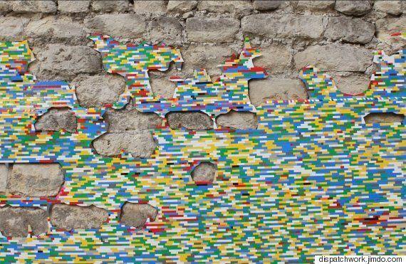 도시의 무너진 벽에 레고 블록을 심는 아티스트가