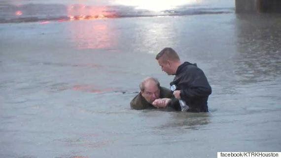 홍수 상황을 생방송으로 전하던 기자가 사람을