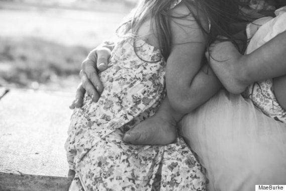 엄마는 두 딸이 모유를 먹는 모습을 사진으로 남겼다