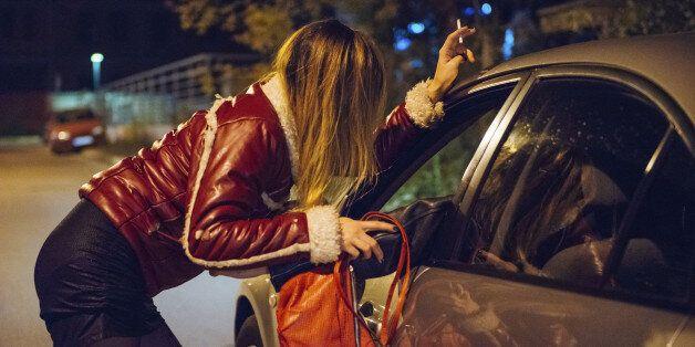 프랑스가 성노동자가 아닌 성구매자를 처벌하는 새 법을 도입한 진짜