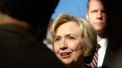 샌더스가 클린턴의 대통령 자격에 의문을 제기하자 클린턴을 지지하는 여성들이