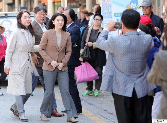 배우 이영애가 충남 공주의 유세 현장에 나타났다(사진