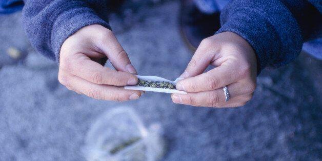 경찰, 마리화나 흡연 혐의로 유명 연예인 등 10명 불구속