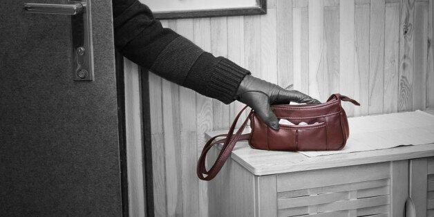 훔친 가방 주인 만나보려다 경찰에 붙잡힌