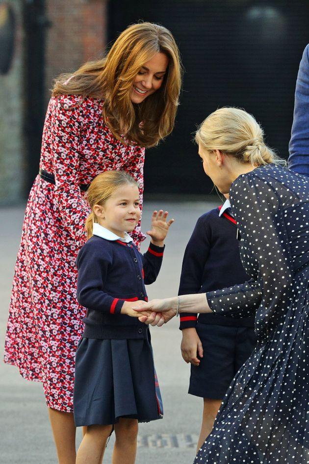 シャーロット王女の初々しい初登校をイギリス王室が公式SNSに投稿(写真)