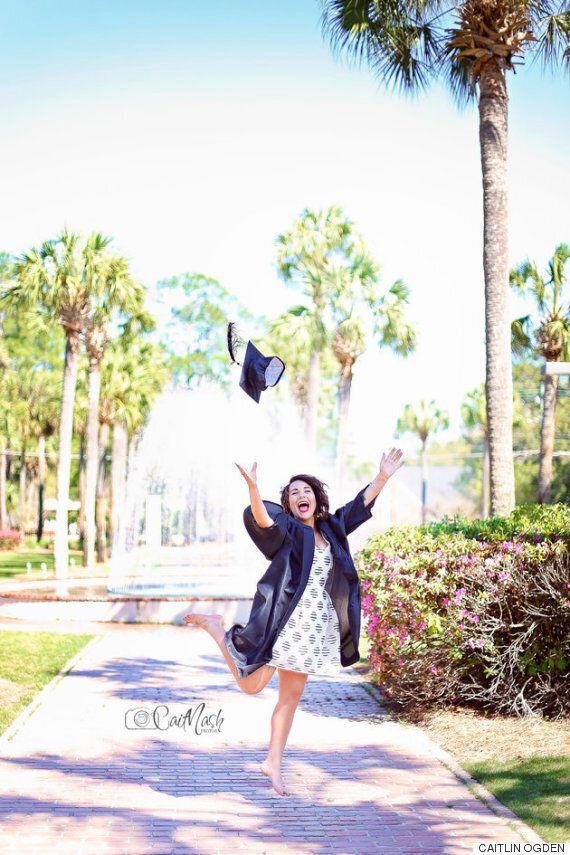 졸업사진을 찍다가 다리가 부러진 졸업생이 보여준 긍정의