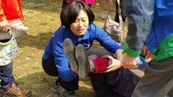 국회의원 후보 선거 운동 현장에서 한 할머니가 쓰러졌다(사진