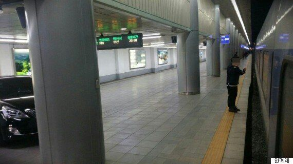 기차역 플랫폼에 당당하게 올라온 이 차의