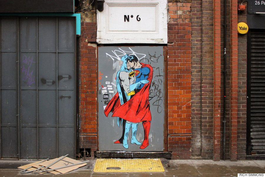 슈퍼맨과 배트맨이 평등을 위해 키스를