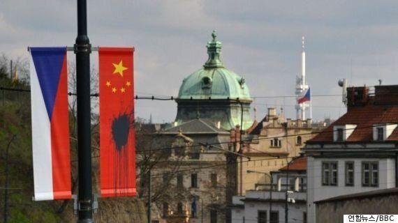 체코 프라하서 시진핑 방문 앞두고 中 오성홍기