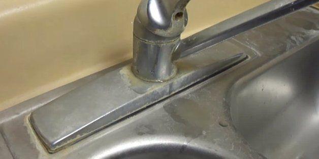 이 간단한 방식으로 싱크대 물때를 몇 초 만에 제거할 수