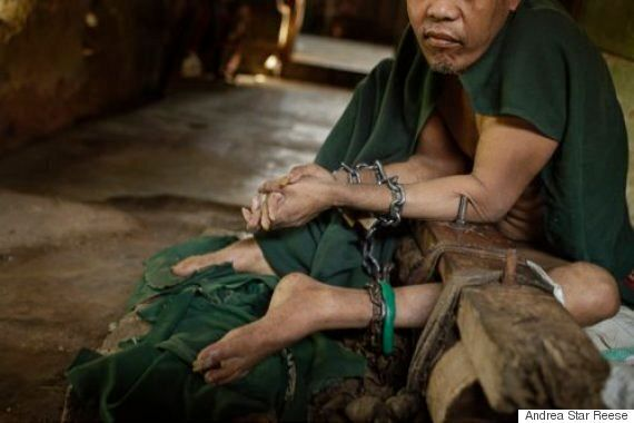 수천명의 인도네시아 정신질환자들이 쇠사슬에