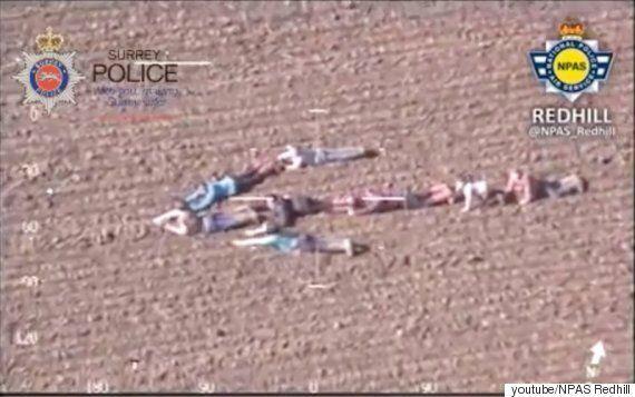경찰 헬기를 위해 아이들은 몸으로 화살표를