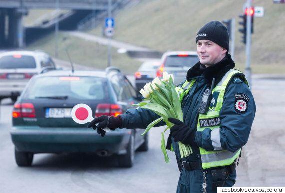 리투아니아의 경찰들이 여성 운전자의 자동차만 불잡은