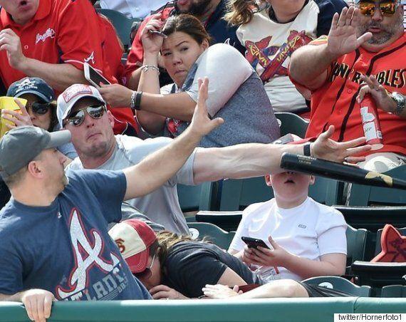 날아오는 배트로부터 아이를 지킨 야구팬 아빠의