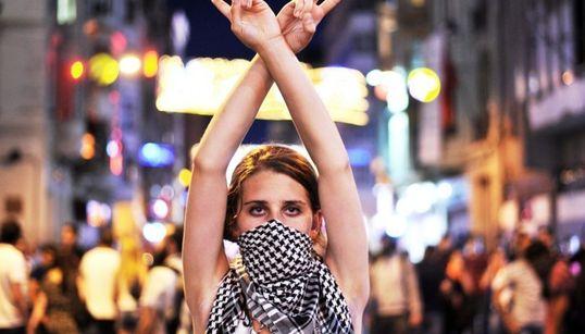 전 세계에서 시위 중인 여성들의 강렬한 사진들