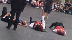디즈니랜드에 간 다운증후군 소녀는 퍼레이드 직전, 도로에 누워